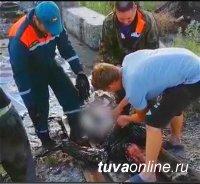 В Кызыле пенсионера спасли из ямы с гудроном