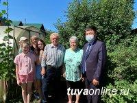 Супругов Виктора и Галину Виниченко с 50-летием совместной жизни поздравил мэр Кызыла