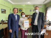 В Туве сотрудница Почты России Алена Монгуш награждена почетной грамотой Минцифры России