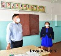 Владислав Ховалыг посетил  аварийную школу в селе Балгазын