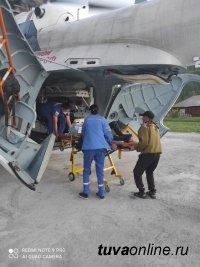 Санавиацией из Тоджинского района Тувы в Кызыл был доставлен пострадавший от нападения медведицы