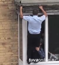 В Туве сержант полиции Чингис Чанзан спас девушку от падения с балкона