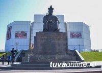 В Туве возложили цветы к памятнику основателя тувинской государственности Монгуш Буян-Бадыргы